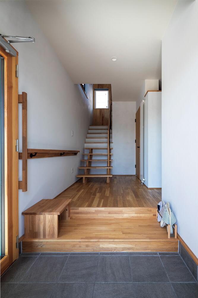 玄関は、正面の青色のドアとビルトインガレージの中の2方向から出入りできる設計