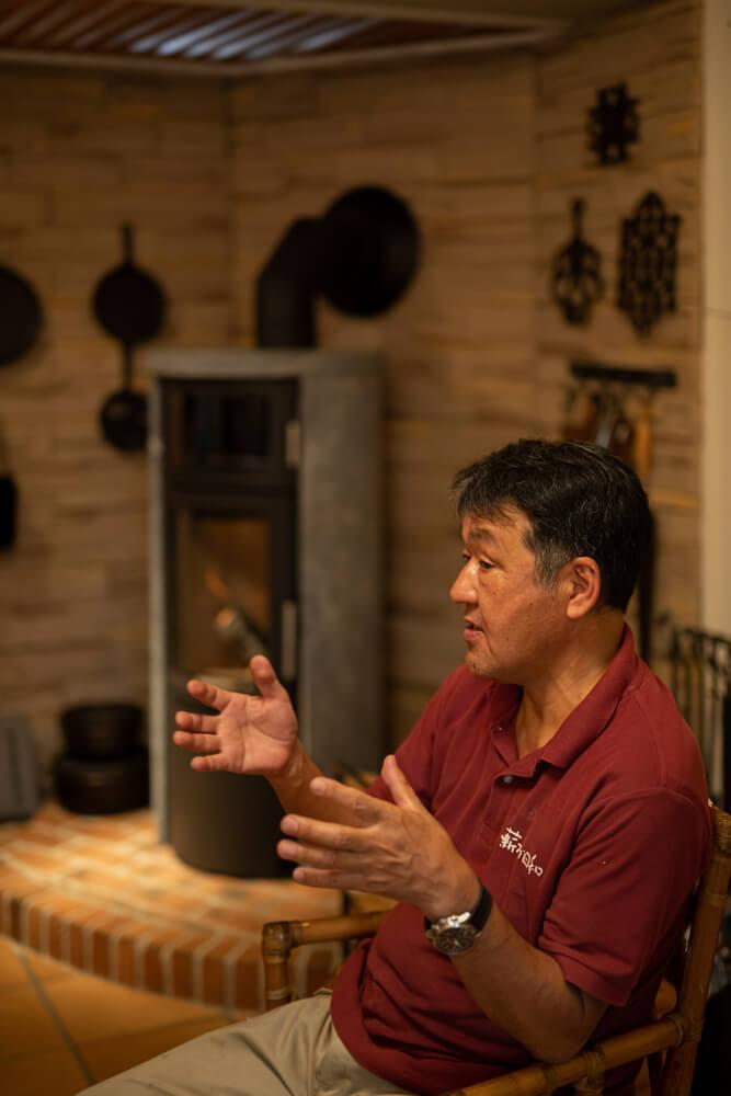 「薪ストーブの炎や出てくる熱は、他の暖房機器からは得られない特別なもの。一度心を奪われると、あっという間に虜になりますよ」と自身の経験を交えて薪ストーブの魅力を語る北海道リンクアップ・代表取締役の唐牛宏さん