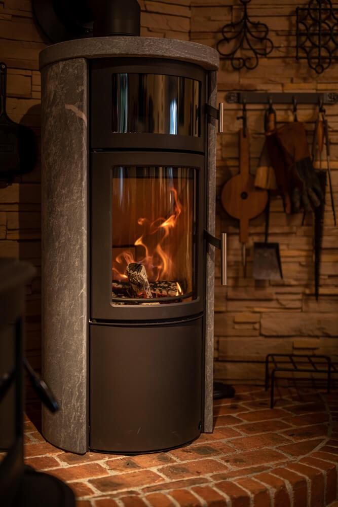 丸みを帯びた曲線が美しいデザイン。炉とオーブンが別構造なので、暖まりながらいつでも料理を作ることができるのも魅力