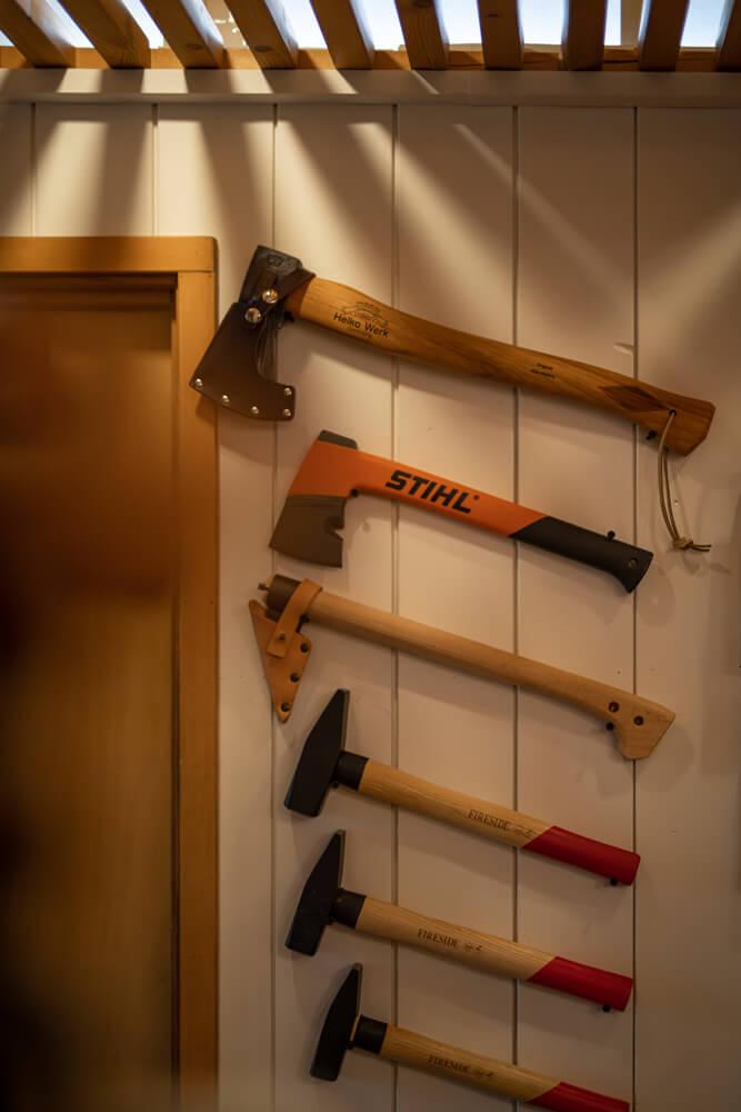 薪割り用の斧も多数。それぞれの使いやすい薪割り斧を提案してくれる