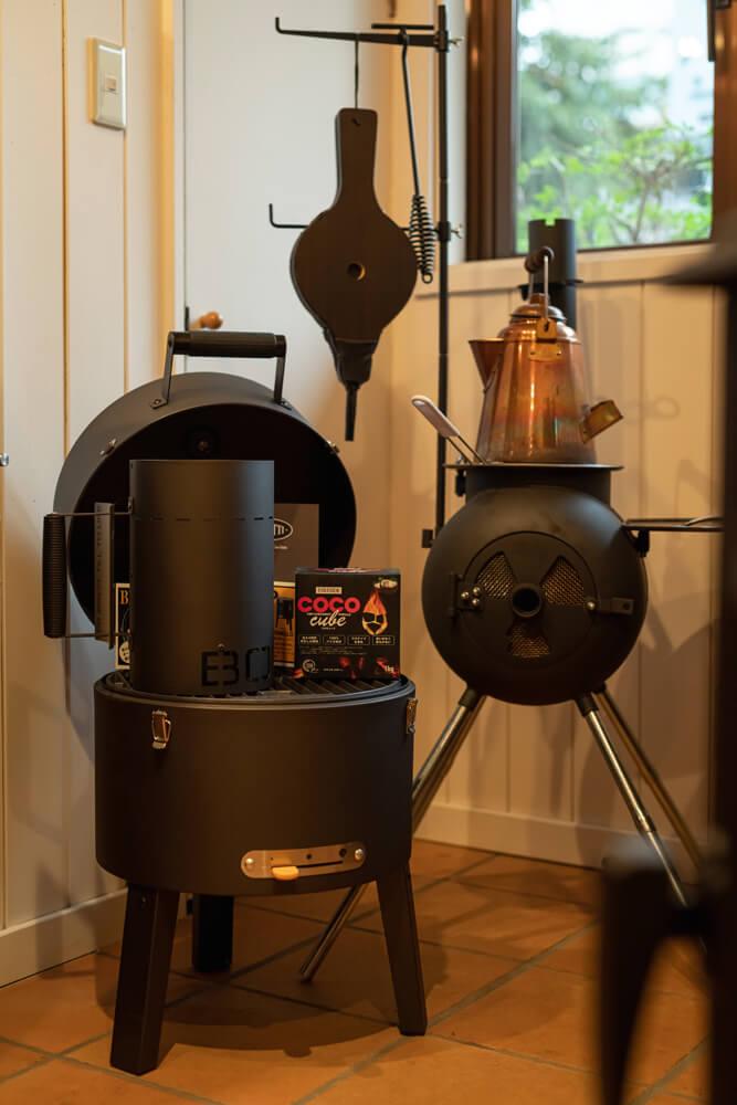 人気のアウトドアグリル商品。写真右が庭先でのBBQやキャンプなどにも最適なクッキングに特化した「オージーピッグ」、左がスモーキなー調理もできるドア付きのグリル「ボレッティ」