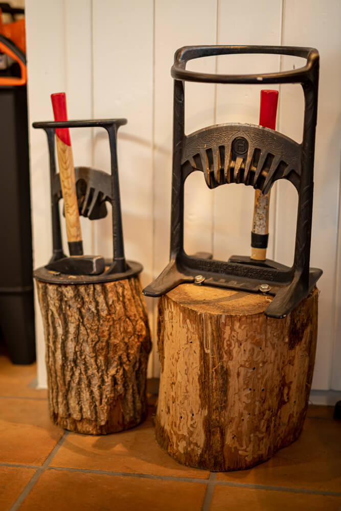 焚付け材づくりを簡単&スピーディーにしてくれる「キンドリングクラッカー」。薪の形を選ばず、女性や子どもも手軽に薪づくりができるのが魅力だ
