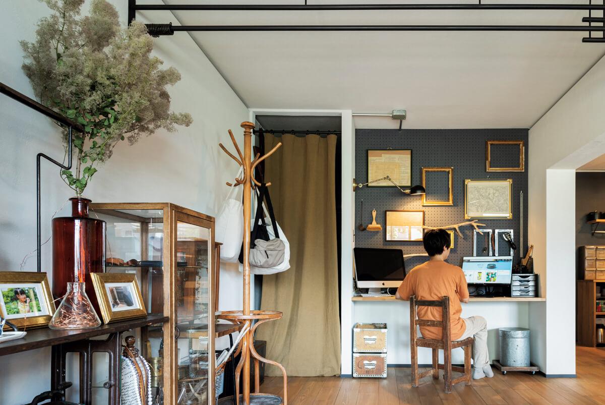 リビングに設置したカウンターは、主にご主人の在宅ワーク用。その奥には元和室の一部を改装した大容量のウォークインクローゼットがある