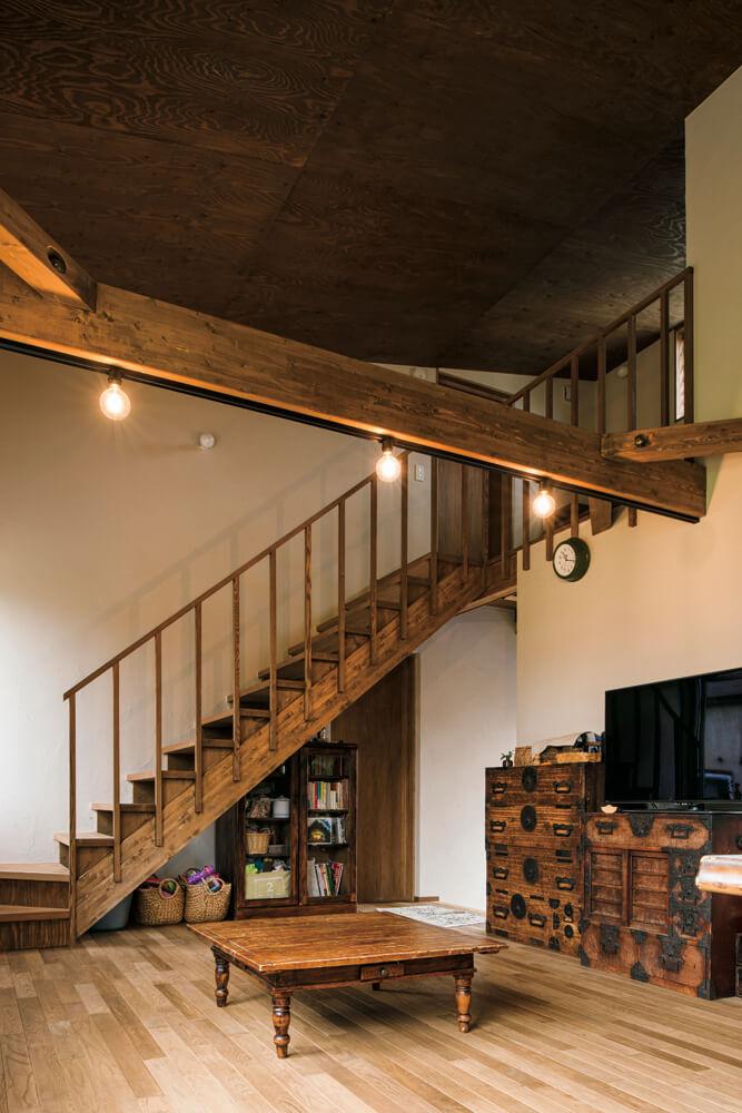 木をふんだんに用いた空間に、明治時代の箪笥やビンテージ加工を施した家具がしっくりとなじんでいる