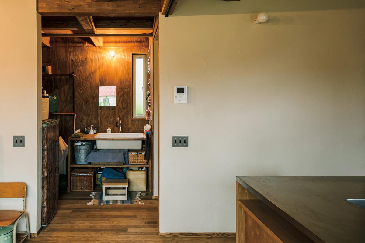 LDKの隣に配した造作の洗面台は、天板に洗面ボウルを組み込んだシンプルなつくり。右手奥には脱衣室と浴室がある