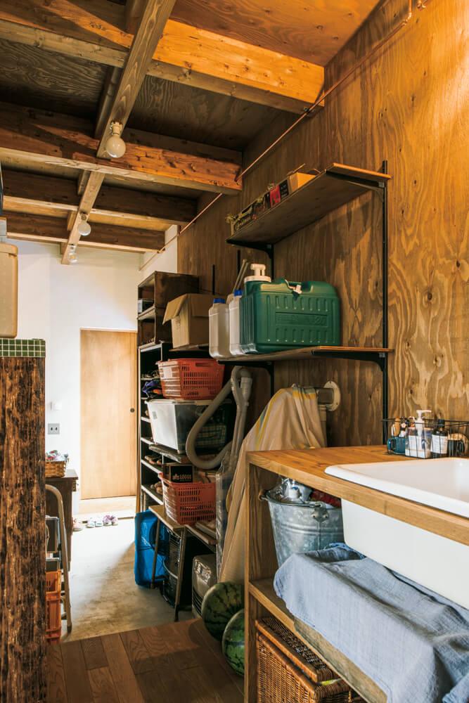 畑仕事を予定している奥さんの要望で設けられた裏動線は、玄関からシューズクロークを経て、水まわりへ直接アクセスできて便利。壁の棚は奥さんがDIYして造りつけた