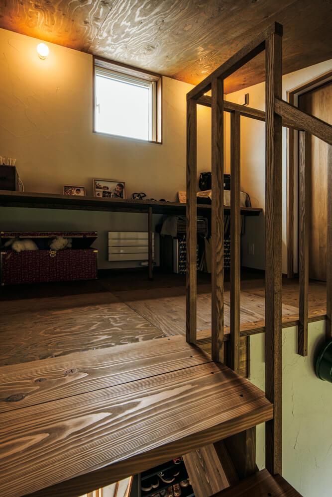 2階は階段ホールを中心とし、左右に子ども室をレイアウト。造作カウンターは、お子さんたちの学習コーナーとして使う予定