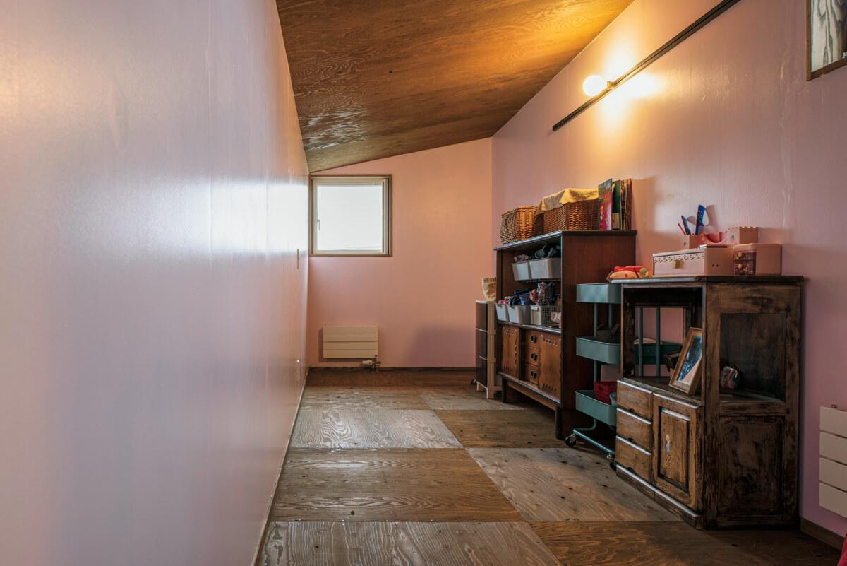 淡いピンク色のペンキで壁をセルフペインティングした子ども室。床は磨いて塗装したカラマツ合板で仕上げた。丁寧に磨き上げた板の美しい木目も、奥さんのお気に入り