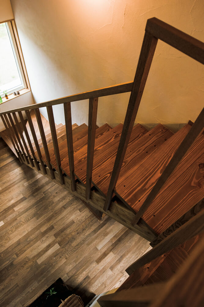 1階LDKの床はナラ無垢材、階段の段板はカラマツ無垢材、壁は質感豊かな塗り壁仕上げ。自然素材が醸すやわらかな素材感もこの家の大きな魅力だ