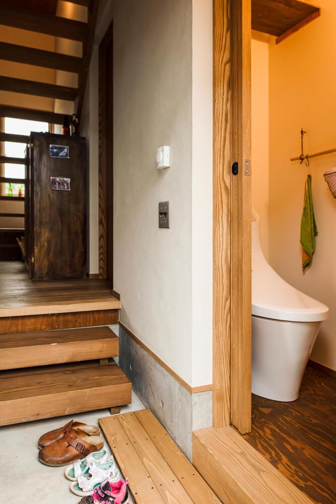 外作業中も使いやすいよう、奥さんの希望でトイレは玄関に隣接して設置。靴の脱ぎ履き、室内からの出入りに便利な「すのこ」は、現場の大工さんの造作