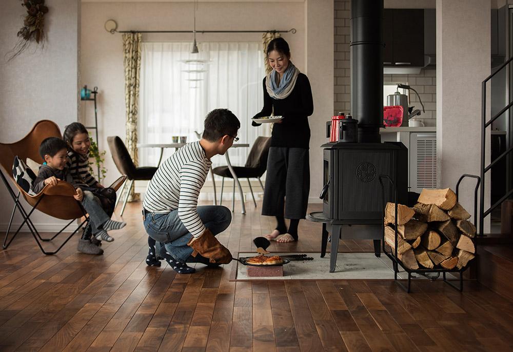 家族みんなでゆっくり過ごす休日には、薪ストーブでピザを焼いて楽しむことも