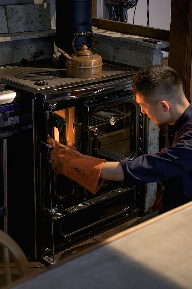 ガスコンロのすぐ横にあるので、調理器具の一部として使い勝手が抜群。本体はエナメル(琺瑯)仕上げでお手入れもしやすい