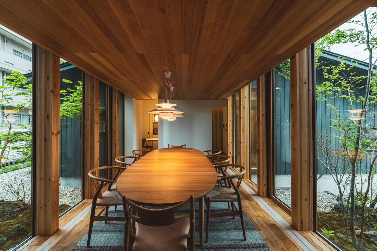 素材数を抑えて天井も低く、密度を上げたダイニング空間