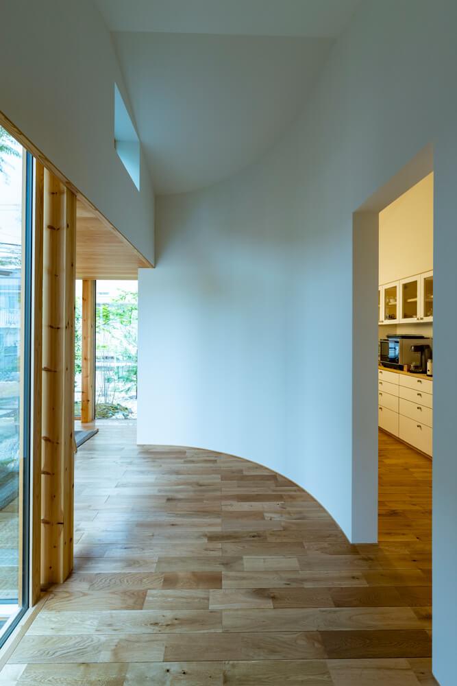 建具を設けず間仕切り壁の配置によりゆるやかに動線を引く