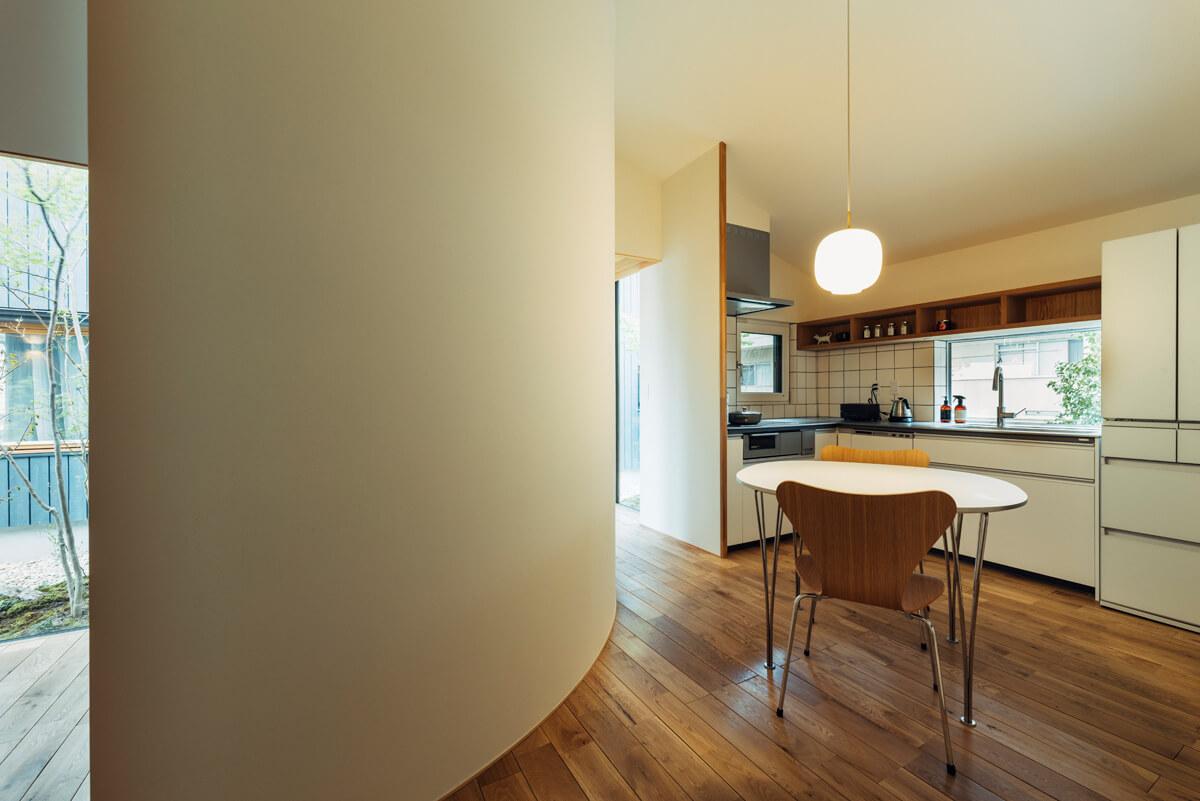 北庭を望むキッチンに小さな食事場所を設える