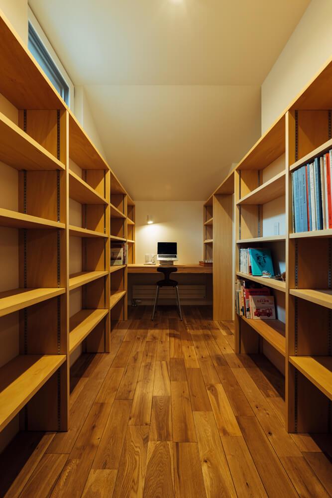 2階の書斎。天井付近に排熱窓が見える