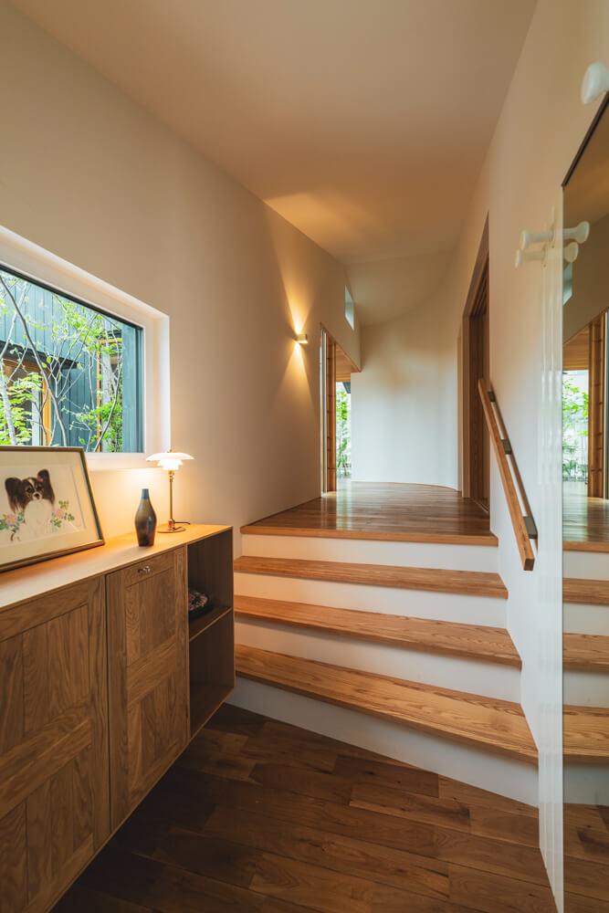玄関から流れるように続く動線に、奥の空間への期待が高まる