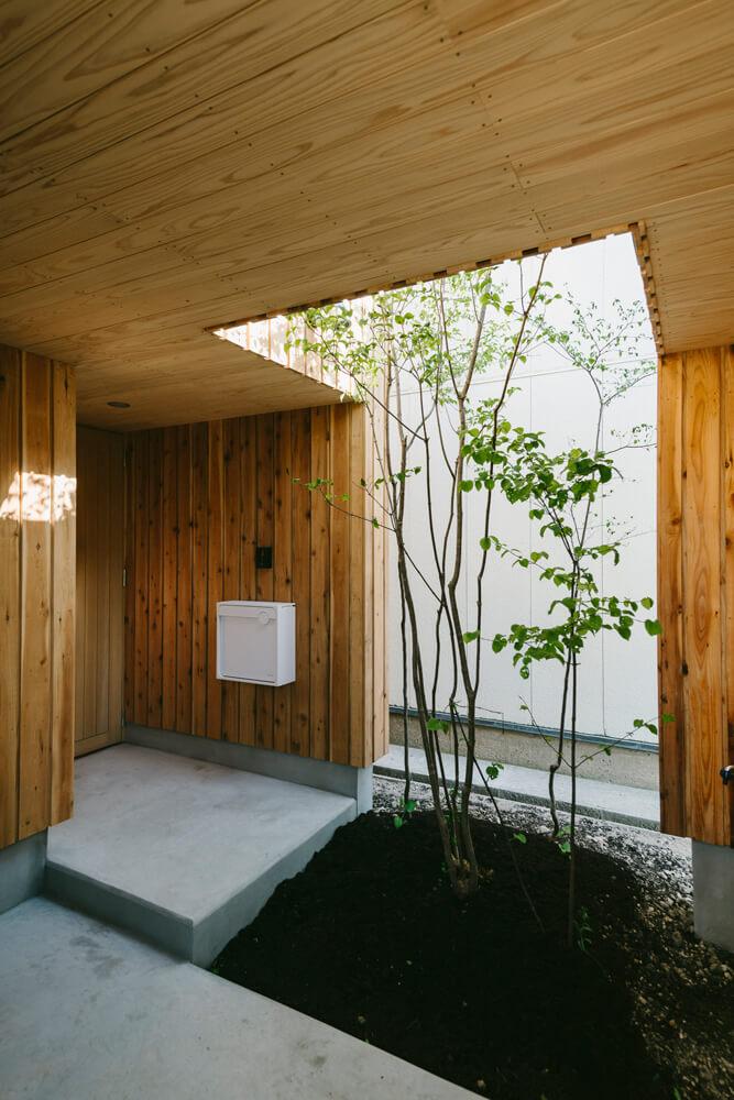 植栽を生かした玄関ポーチ。ここの樹木はバルコニーからも望める