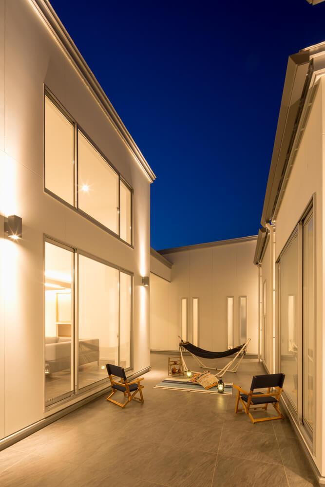 プライバシーの確保と開放感を両立した中庭は、LDKと一体としたアウトドアリビングになる設計。バーベキューやプールなど家族で楽しい時間を過ごすことができる