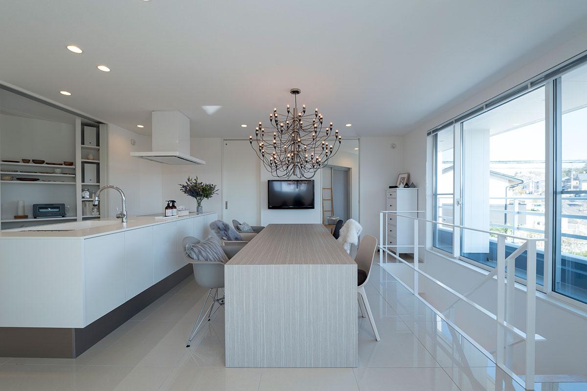 料理好きな奥さんこだわりのダイニング・キッチン。白を基調とした開放的な空間に、ボリュームのあるシャンデリアが映える