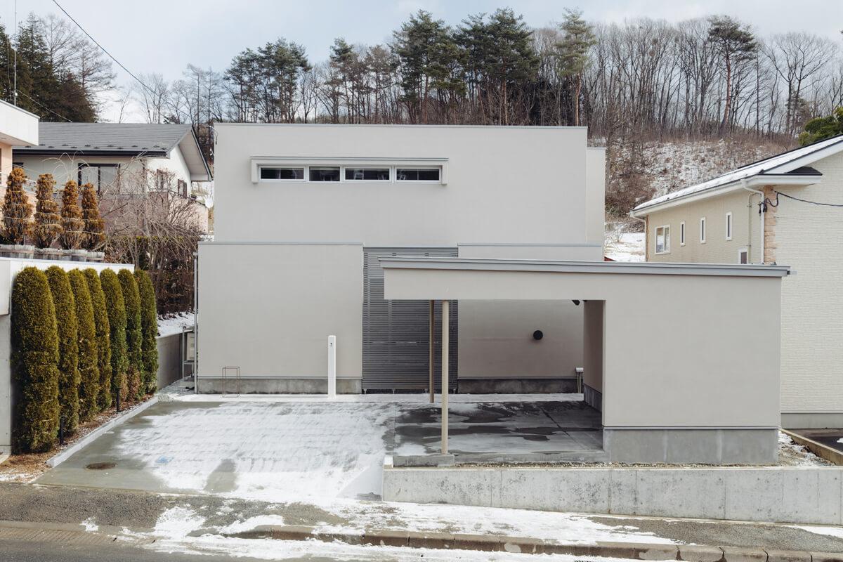 西側高台宅地からの視線を考慮し、必要以外の開口部は設けない設計