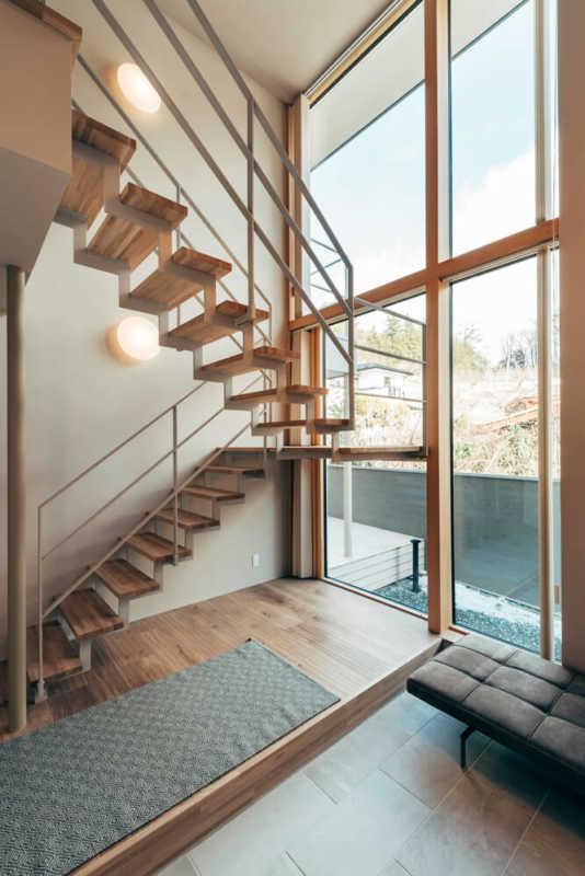 東側に大きく開いた明るい玄関ホール。外の景色を感じながら階段を昇降できる