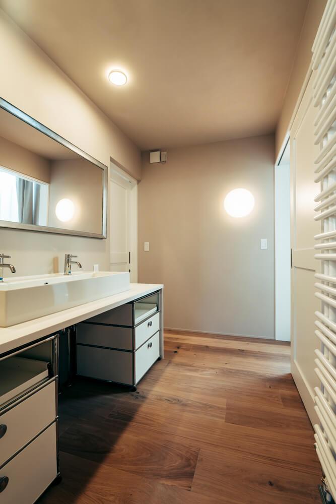 広い洗面カウンターの下には移動式の収納を入れている