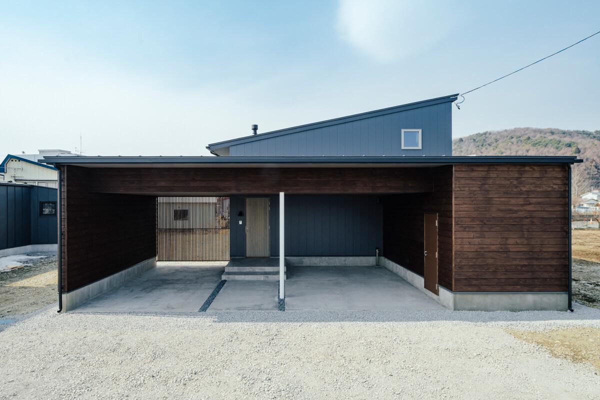 中央に玄関、その両脇に余裕のある駐車スペースを配したガレージ