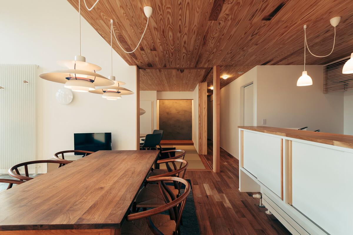 和室とダイニングの建具は天井までとし、開放すると一体の空間に