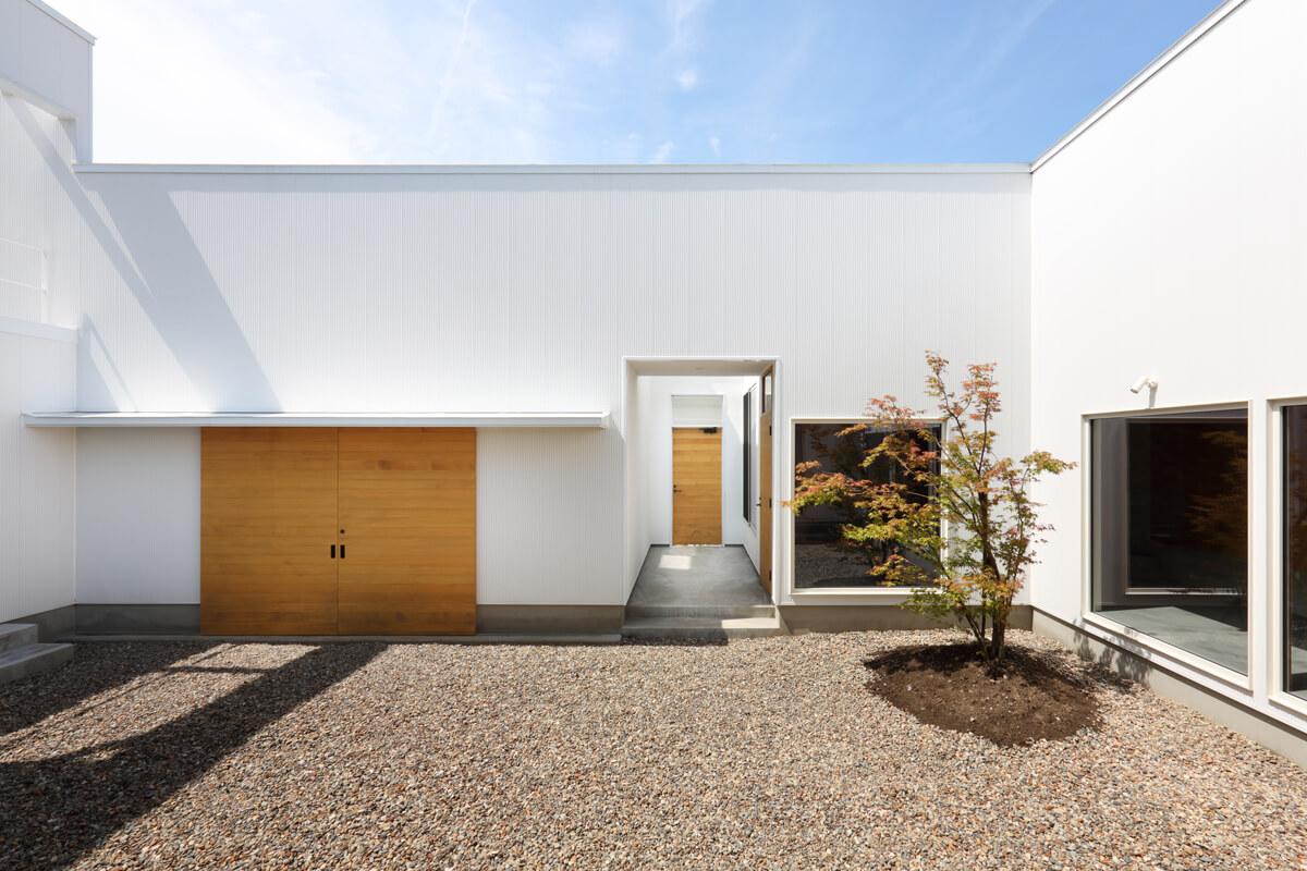 庭に面して大小7つの出入り口が設けられ、内外をまたいだ多様な生活パターンが生まれる