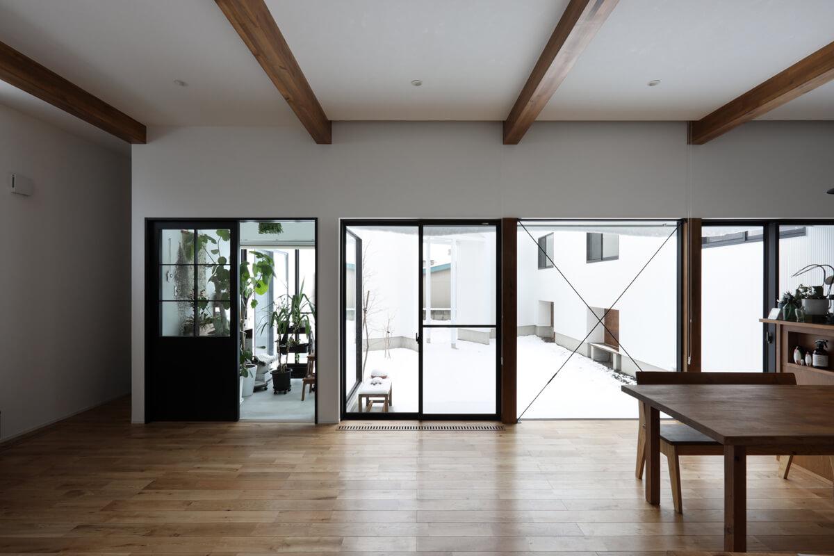 リビングから内庭方向。周囲からのプライバシーが確保された内庭と大きな窓でつながる