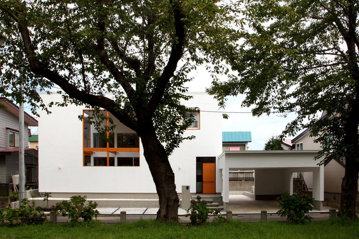 敷地の向かいにある緑豊かな公園の景観を、テラスの大開口を介してとり込んだ住宅