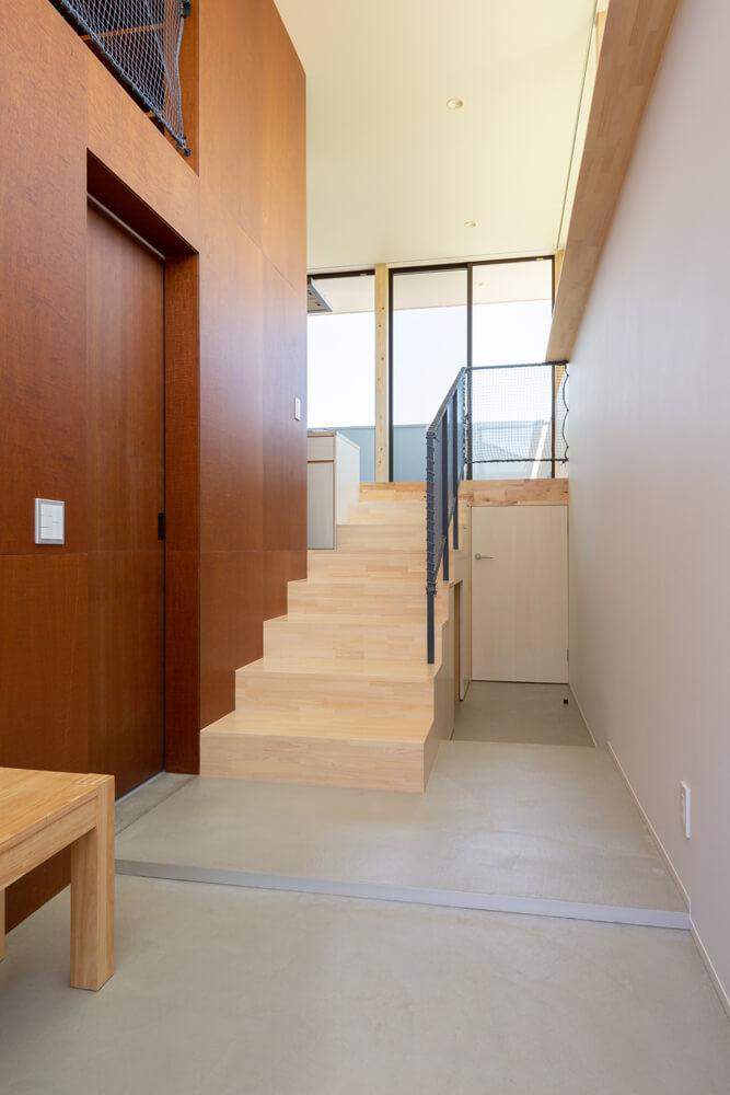 玄関ホールに入ると正面に階段があり、LDKへとつながる。左手にあるのが寝室の入り口