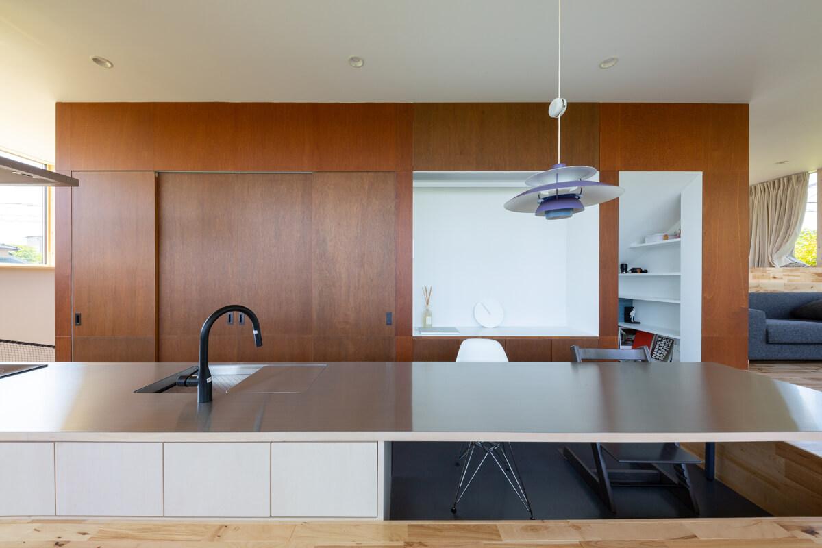 ダイニングキッチンを見る。カウンターキッチンの裏にあたるコアには、キッチン収納やパソコンスペースが収納されている