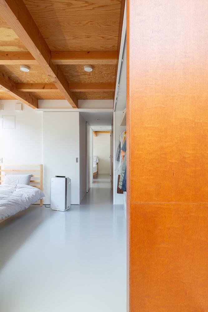 寝室2から寝室1を見る。プライバシーを確保しながら、採光を確保している