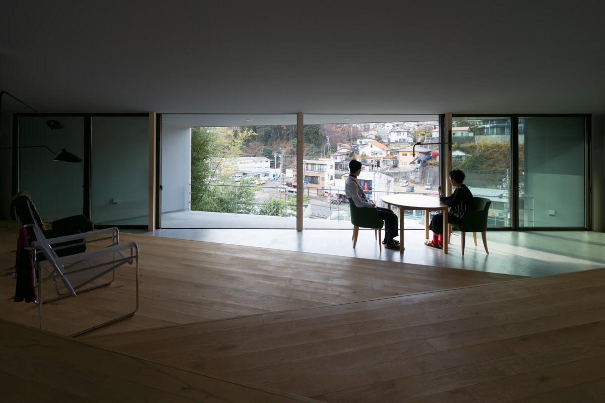 リビングから1段下がったダイニングは、リビングテラスと一体となり街を借景とする(写真/西川公朗)