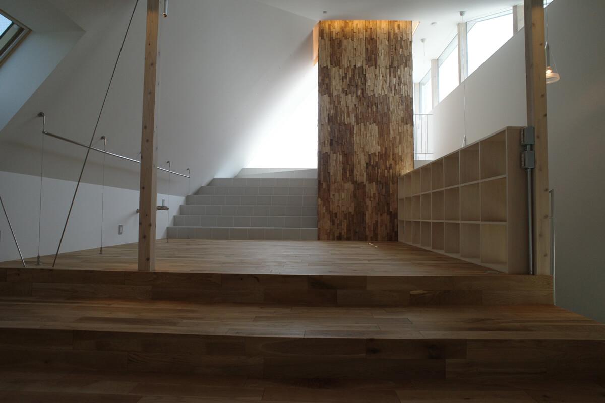 2階寝室。屋根の形状と屋上テラスのハイサイドライトで柔らかな光に包まれる。