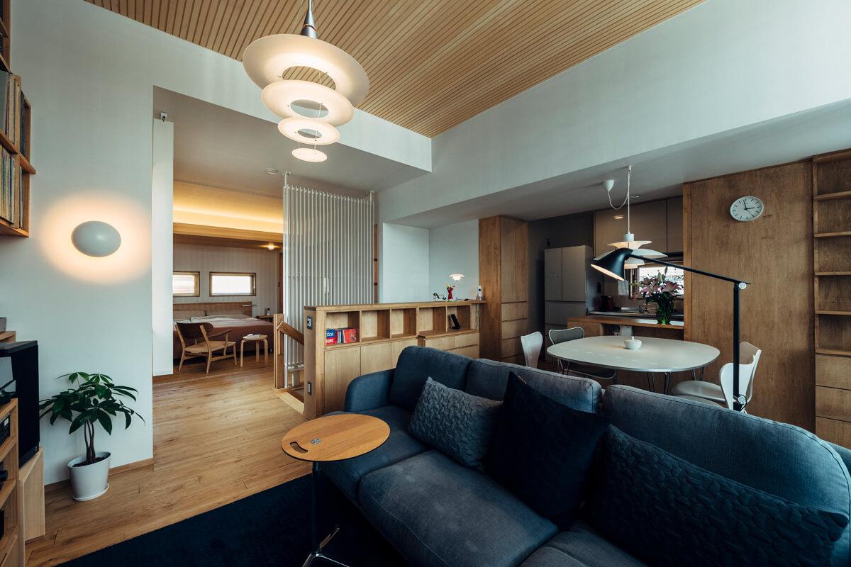 リビング・ダイニングから寝室、キッチンを見る。2階は水まわりも含め、ワンフロアで完結するコンパクトな居住空間