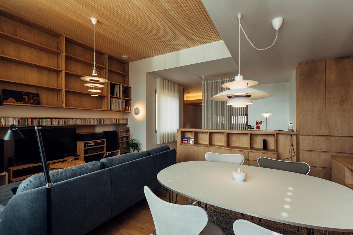 居間・食堂。輻射冷暖房のフィンを介し空間は寝室と穏やかに繋がる