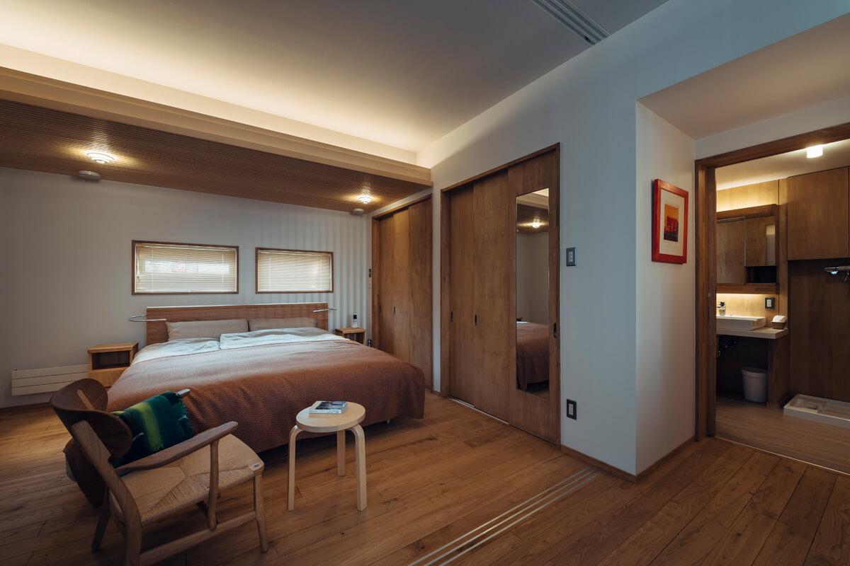 寝室の裏は収納を介して洗面脱衣室、トイレ、浴室が一体となった水まわりを配置