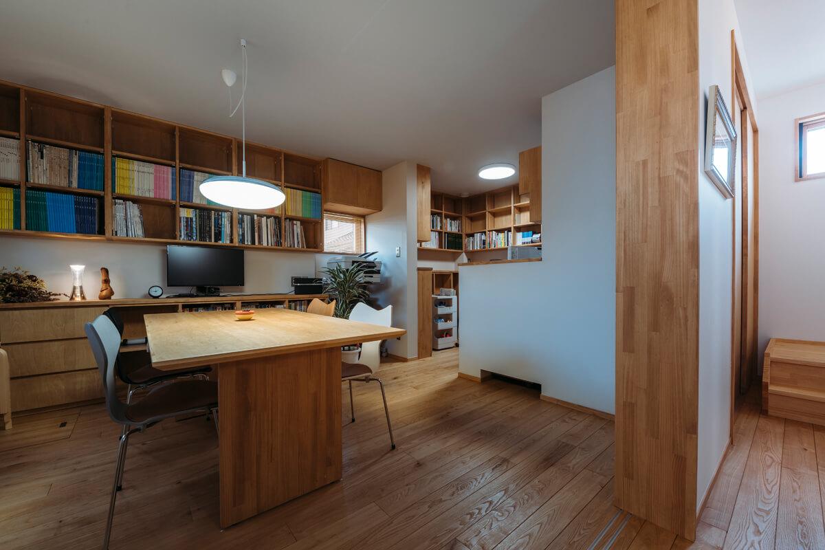 1階の個室は仕事場。打ち合わせスペースを広くとり、右手奥には作業デスクを設けた