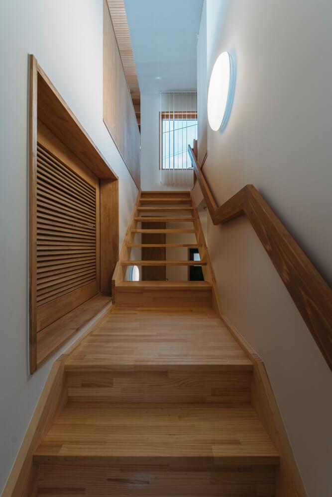 ゆったりとした幅と緩めの勾配で設計した階段。踊り場には中2階の納戸入口がある