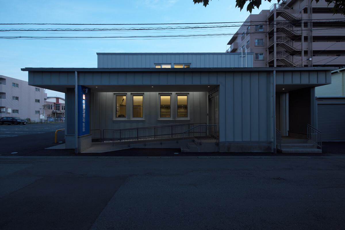超高気密高断熱の皮膚科診療所。高性能GW換算で屋根480㎜、外壁300㎜。基礎はEPS100㎜。C値は0.07