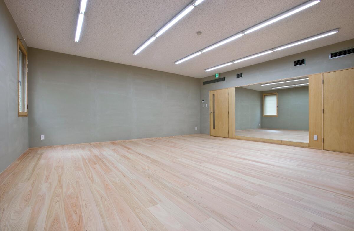 2階研修室。建物躯体と縁を切り、防振防音構造としている。研修のほか日本舞踊や楽器演奏の練習などに利用