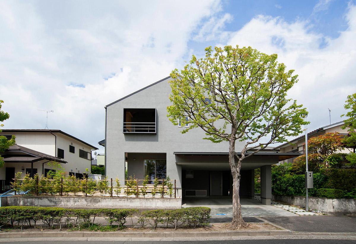 シンプルなフォルムの外観。ガレージの大きな屋根は家族や訪問者を大らかに迎え入れる(撮影/菅野 哲也)
