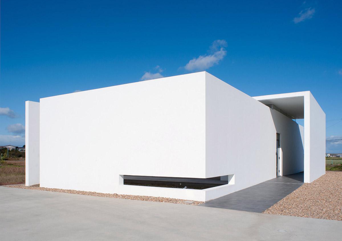 「光」がテーマのこの住宅は、シャープな外観が現代的な美しさを演出する(撮影/菅野 哲也)