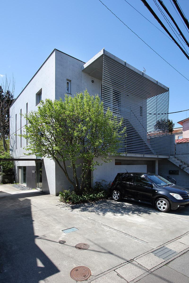 閑静な住宅地内に建つ当社の事務所「M cube」。コンクリート打ち放しのキュービックなデザインが特徴的なこの建物は、事務所と集合住宅の複合建築