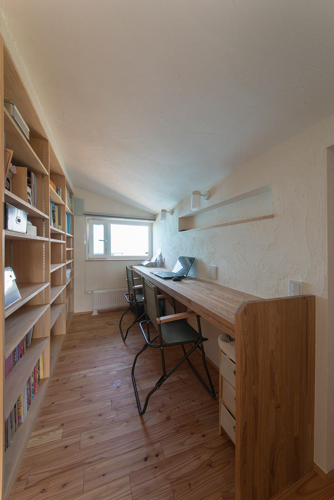 2階の一角には、事務関係の書類やパソコン作業など事務コーナーを確保