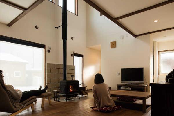 薪ストーブと掘りごたつで憩う日本家屋