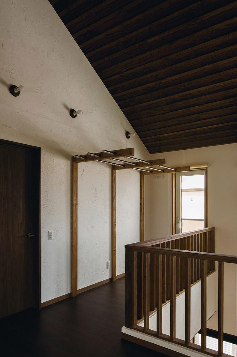 吹き抜けに面した2階の廊下部分には物干し用のスペースも造作
